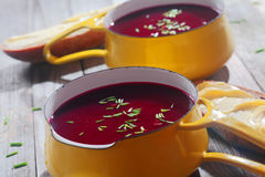 Закройте вверх по вкусным супам бураков на желтом шаре Стоковые Изображения RF