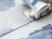 Закройте вверх по влажной машине sawing для резать мраморный камень стоковые фото