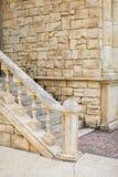 Закройте вверх по внешнему взгляду малого и узкого каменного stairecase постаретые шаги цвета песка соединили к парку кирпичной с стоковая фотография rf