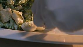 Закройте вверх по вождю делая очень вкусное представление блюда медленно видеоматериал