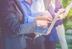 Закройте вверх по встрече команды бизнес-группы и компьтер-книжка и digita использования Стоковое Фото