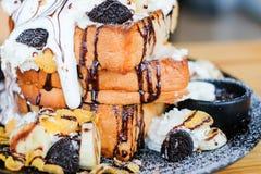Закройте вверх по втройне хлебу здравицы покрытому с соусом шоколада, хлопьями Стоковые Фотографии RF