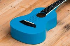 Закройте вверх по гавайским гитарам на деревянной предпосылке Стоковые Фото