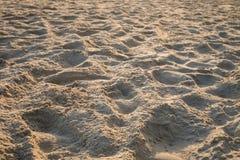 Закройте вверх по гребню песка на пляже на заходе солнца с запачканной предпосылкой Стоковые Фото
