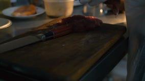 Закройте вверх по главному мясу вырезывания на кухне 4K видеоматериал