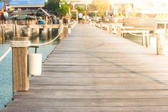 Закройте вверх по деревянному поляку на деревянном мосте от гавани вперед к курорту Стоковое фото RF