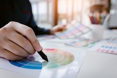 Закройте вверх по дизайну интерьера и реновации работая с использованием ручки c стоковая фотография rf