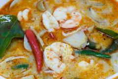 Закройте вверх по домашней сделанной креветке реки пряные суп или Тома Yum Kung тайское еды пряное Стоковые Изображения RF