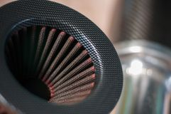 Закройте вверх по доработанной воздушным фильтром предпосылке нерезкости спортивной машины двигателя стоковые фото