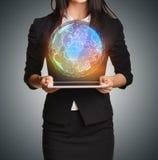 Закройте вверх по девушке держа цифровой глобус над таблеткой Стоковые Фотографии RF