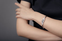 Закройте вверх по детали браслета на женской модели руки Стоковые Изображения