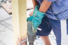 Закройте вверх по детали отверстий работника сверля в стальной конструкции с электрическим сверлильным аппаратом Стоковое Изображение RF