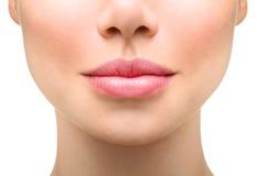 закройте вверх по детенышам женщины Сексуальные толстенькие губы стоковые изображения