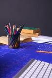 Закройте вверх по деятельности человека архитектора делая эскиз к строительному проекту на его плоском проекте на строительстве м Стоковые Изображения