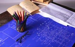 Закройте вверх по деятельности человека архитектора делая эскиз к строительному проекту на его плоском проекте на строительстве м Стоковая Фотография RF