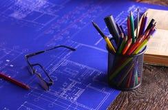 Закройте вверх по деятельности человека архитектора делая эскиз к строительному проекту на его плоском проекте на строительстве м Стоковое Фото