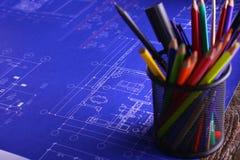Закройте вверх по деятельности человека архитектора делая эскиз к строительному проекту на его плоском проекте на строительстве м Стоковые Фото
