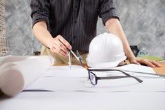 Закройте вверх по деятельности человека архитектора делая эскиз к proje конструкции Стоковая Фотография