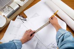 Закройте вверх по деятельности человека архитектора делая эскиз к proje конструкции Стоковые Фото