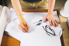 Закройте вверх по деятельности человека архитектора делая эскиз к proje конструкции Стоковое Изображение RF