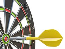 Закройте вверх по желтой стрелке дротика в центре  dartboard 3D Стоковое Изображение