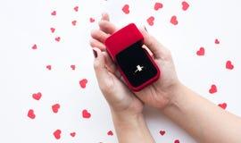 Закройте вверх по женской держа коробке кольца с элементом формы сердца Стоковое Фото