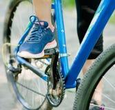 Закройте вверх по женской ноге на педали велосипеда Стоковые Изображения RF