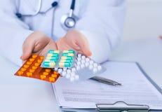 Закройте вверх по женскому пакету удерживания руки доктора различных волдырей таблетки Обслуживание спасения жизни, законная апте Стоковое Изображение RF