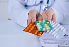 Закройте вверх по женскому пакету удерживания руки доктора различных волдырей таблетки Обслуживание спасения жизни, законная апте Стоковое фото RF