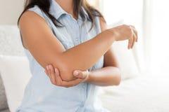 Закройте вверх по женщине имея боль в раненом локте Стоковые Фото