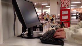 Закройте вверх по женщине ища вебсайт магазина внутренности продукта акции видеоматериалы
