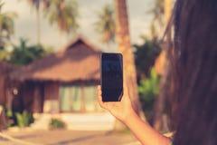 Закройте вверх по женщине фото используя передвижной умный телефон с экраном для космоса экземпляра: Вебсайт концепции наблюдая,  Стоковые Изображения