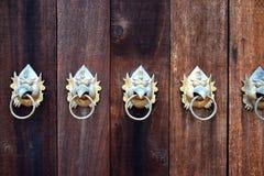 Закройте вверх по железному подклювью птицы на деревянной двери Стоковое фото RF