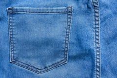 Закройте вверх по задней текстуре предпосылки джинсовой ткани голубых джинсов карманной Стекла пишут в задних голубых джинсах Стоковая Фотография