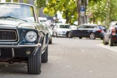 Закройте вверх по заднему взгляду переднего старого винтажного автомобиля припаркованного на улице i Стоковые Фотографии RF