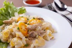 Закройте вверх по зажаренной лапше с цыпленком в белом блюде стоковое фото rf