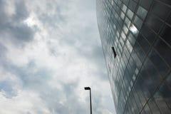 Закройте вверх по зданию уличного света и стекла Стоковая Фотография