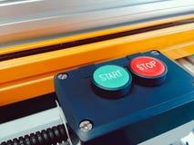 Закройте вверх по зеленому старту и красному стопу дизайна кнопки переключателя установленного внутри Стоковое Изображение RF