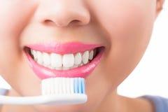 Закройте вверх по зубам очарования молодой женщины усмехаясь белым стоковые фото
