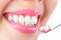 Закройте вверх по зубам очарования молодой женщины усмехаясь белым стоковое изображение rf