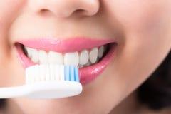 Закройте вверх по зубам очарования молодой женщины усмехаясь белым стоковые фотографии rf