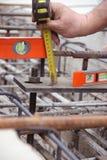 Закройте вверх по измеряющему прибору с рукой инженера Стоковые Изображения RF