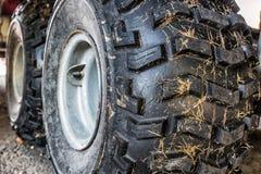 Закройте вверх по изображению автошины трактора на стороне страны Стоковое Изображение RF