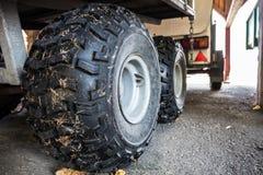 Закройте вверх по изображению автошины трактора на стороне страны Стоковые Фотографии RF