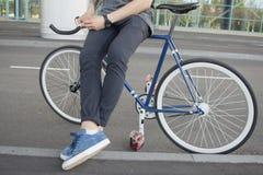 Закройте вверх по изображению битника на ретро велосипеде Стоковые Фото