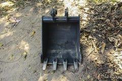 Закройте вверх по изображению ведра backhoe на песке Стоковые Фото
