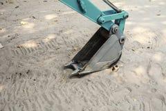 Закройте вверх по изображению ведра backhoe на песке Стоковые Изображения RF