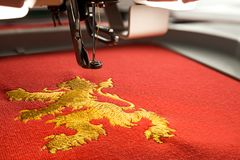 Закройте вверх по изображению дизайна льва машины и золота вышивки места для работы Стоковые Изображения RF