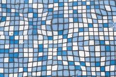Закройте вверх по изображению малых квадратных голубых и белых сияющих керамических плиток Предпосылка, ванные комнаты и стены и  Стоковые Фото