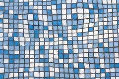 Закройте вверх по изображению малых квадратных голубых и белых сияющих керамических плиток Предпосылка, ванные комнаты и стены и  Стоковая Фотография RF